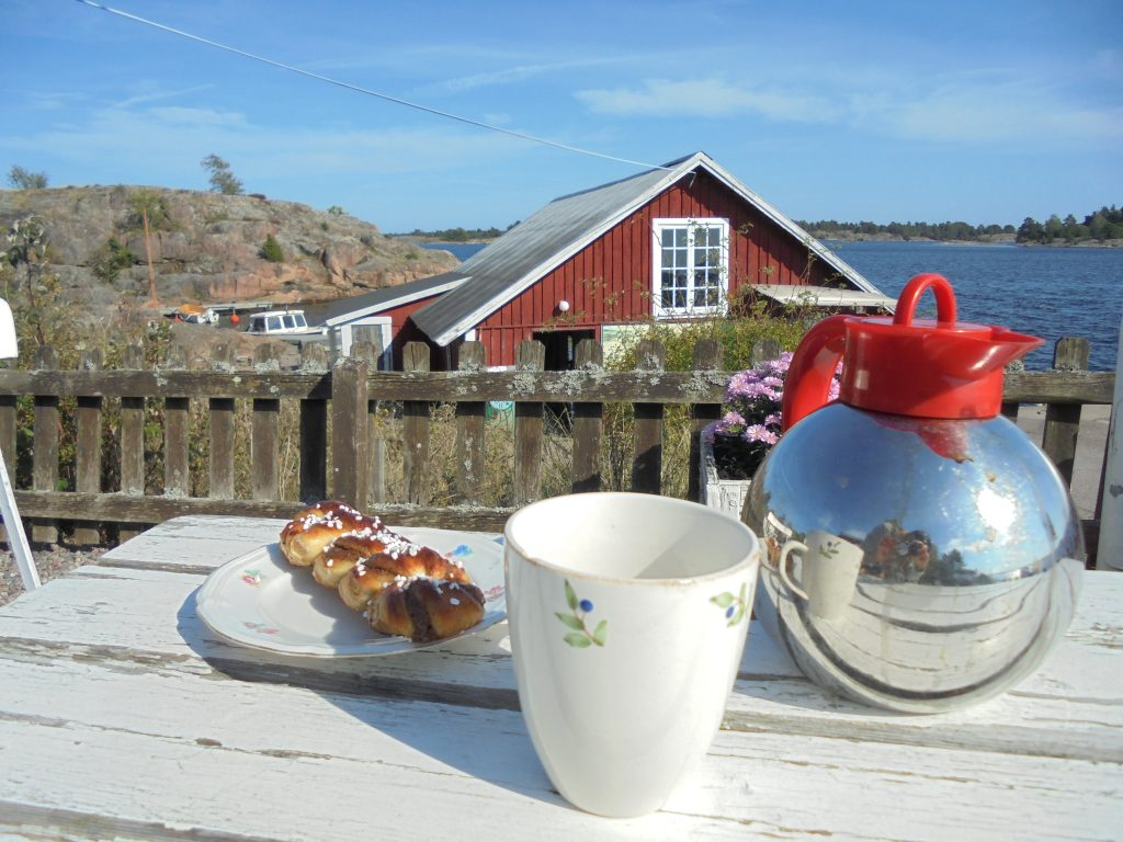 Bed and breakfast-bilden (kaffe och bulle)